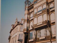 「楽器博物館」  この日は快晴 冬で空は澄んでいて、 建物がキラキラと輝いているようにさえ見えました。