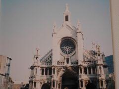 「聖カトリーヌ教会」  目のような まあるい丸の窓が特徴的
