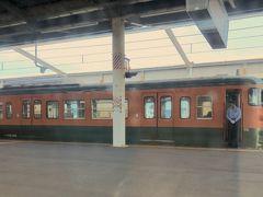 児島駅にて湘南色がすれ違い待ち。