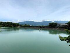 翌朝、10時頃に東御市の「芸術むら公園」に到着。綺麗な明神池の向こうに浅間山連山が見えた。噴火はしていないようだった。
