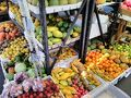 果物を扱っているお店は5店ほどあります 店頭に所狭しと沢山の果物が並びます ヒロのファーマーズと違って野菜の販売は あまりありません
