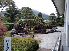 正面入り口の左手に日本庭園があった。