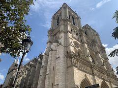 ノートルダム大聖堂は、入場こそできないものの、近くまでは行くことができました。