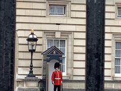 宮殿前は激混み。やっとのことで撮れた写真です。