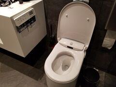 ブリュッセルでさらに乗り継ぎ。 ブリュッセル航空のラウンジでシャワーを浴びます。 ヨーロッパで初めて見た洗浄便座(GROHE社製)。