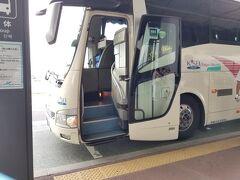 宝町の職場から上野まで行って京成スカイライナーに乗るか、東京駅八重洲口まで歩いて行って京成バスの東京シャトルに乗るか迷いましたが、15分くらいしか変わらないので、運賃・料金が1/3のバスで成田空港まで来ました。