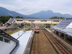 黒姫駅に到着しました。改札へ向かいます。山がきれいです。