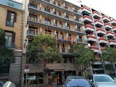 ホテルは、メルキュール マドリード セントロ。 プラド美術館の向かいです。
