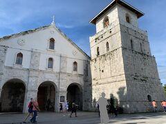 【写真:バクラヨン教会(Baclayon Church)】  14:45 ビラーのタ-シャ保護エリア(Tarsier Conservation Area)  ↓約30㎞ 15:30 バクラヨン教会(Baclayon Church)  バクラヨン教会は、スペイン統治時代の1595年頃に建てられたフィリピンで2番目に歴史のある教会で、もちろん、ボホール島最古の教会。ちなみに、フィリピンで最も歴史ある教会は、マニラにある世界遺産にも認定されているサン・アグスチン教会。 バクラヨン教会があるのは、首長ラジャ・シカトゥナが生まれ育った地であるバクラヨン。珊瑚から作られた石を利用した石造りの教会ですが、2013年のボホール大地震の影響により最近まで修復工事が続いておりしばらく内部の見学はできなかったようですが、最近(2018年頃?)修復工事が完成したようです。 フィリピンは東南アジア唯一のキリスト教国。ここボホール島にもあちこちに教会が立っていますが、その中でもここは規模が大きく、その外観からもフィリピン最古級の歴史ある教会であることを察することができます。 敷地内には博物館が併設されており、そちらに入る場合は有料ですが教会内は無料で見学することができます。我が家は博物館にはあまり興味がないので教会のみ見学です。  なお、不謹慎な言い方となってしまいますが、私は美しい教会が大好き。家族には「時間があれば行こうと思っている」くらいに言っておきましたが、内心は絶対に行きたいと思っていた場所だったりします。ちなみに、私も家族もキリスト教徒ではありません。お葬式の際はどこかのお寺から住職がやってくるので、形式上は仏教のひとつに属しているのでしょうが、宗教を意識するのはそういう葬儀時くらいで、自分が何教なのかもよくわかっていない日本人あるあるな自称無宗教一家です。
