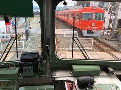 地蔵町駅で上り(松山市駅方面)電車のすれ違い待ち。