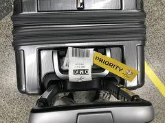 ドンムアン空港で預けたバッグがピックアップテーブルで見当たらない(@_@) 初のロストか!!  とりあえず、空港スタッフに『バッグがないですぅ?』コールしたら、長身のお兄さんがどっかから探してきてくれた。どうやら誰か間違えたようで、キャリアの違うテーブルに戻したようです。 このバッグは数か国に同行した相棒なので『他の人に連れて行かれたらだめじゃないか!心配したゾッ!』とバッグに言い聞かせました。