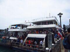 下船は人が集中します。こんなに乗っていたんだぁって感じです。右の船で来ましたが、シュノーケリングに行く方は左の船に乗り換えです。