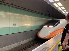 22:12、高鐵(台湾新幹線)が入ってきました。