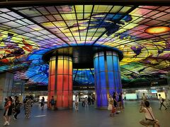 美麗島駅でオレンジラインに乗り換えて西子湾駅まで。  一度改札を出て、世界最大のステンドグラスアートである「光之穹頂(光のドーム)」を観ましょう。  ここでは、ついつい長居をしてしまいます。