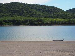 旭岳まで向かう道中で忠別湖に立ち寄り。 子供たちが水遊びしてたり、ボートに乗って釣りしてる人がいたりしました。