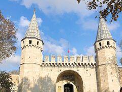 そしてイスタンブールツアーではラストの観光地となりますトプカプ宮殿です。  トルコ行を決めてから、面白いドラマをHuluで発見しました。 トルコ版大奥『オスマン帝国外伝 ~愛と欲望のハレム~』です。 46年という長きに渡りオスマン帝国を支配し、最盛期に導いた第10代皇帝スレイマン大帝と、ハレムにて皇帝の寵愛を受け皇妃にまでのし上がった美女ヒュッレムを中心に、嫉妬、欲望、愛が渦巻く宮廷物語を描き出したトルコのTVシリーズ。 よかったら見てください。 予告版 https://youtu.be/UXSWPdntAy0