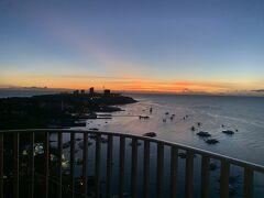 【写真:ホテルベランダからのぞむ日の出(撮影時刻5:10。この日の日の出時刻5:32)】  6:15 モーベンピックホテルマクタンアイランドセブ発  ↓約18.4km 7:20 ピア1(セブ港)着  この日は日帰りでボホール島観光。 ボホール島に行くにあたっては、個人で行くかツアーで行くか、かなり悩みました。 私がボホール島で行きたい(やりたい)ポイントは、 ・チョコレートヒルズの麓でのバギー体験 ・チョコレートヒルズ展望台からの観覧 ・ターシャ見学 ・バクライオン教会見学  逆に、よくツアーに入っているけど別に行かなくても良いポイントは、 ・ロボック川クルーズランチ ・ジップラインやジップバイク ・マンメイドフォレスト ・バタフライガーデン ・吊り橋 ・血盟記念碑  ツアーの方が安心安全楽でいいのですが、バギー体験ができるツアーだとバクライオン教会見学ができなかったり、逆にバクライオン教会見学ができるツアーだとバギー体験ができなかったりと全てを満たすツアーがない…。そしてランチは100%ロボック川クルーズランチ。このクルーズランチ、クルーズ時間に加え出航までの待ち時間がかかるので、かなり時間を食います。それでも、本来の自然や現地の方々の普段の生活を垣間見ることができるクルーズなら体験する価値があるかもしれませんが、ここのクルーズはそうではなく観光用。1日しか取れないボホール島での貴重な時間を、観光用ショー観覧付きクルーズに充てている場合ではありません。かと言って、交通網があまり発達していないボホール島を自力で回るのもハードルが高く…。 悩んでいた時に見つけたのがボホール島のオーダーメイド観光専門の「ぼほるーと」さんです。 以下、ぼほるーとさんの公式HPからの抜粋となりますが、  《当オーダーメイドツアーのメリット》 ■行きたい所にだけ行けるので、無駄な時間とお金が省けます。 ■車両貸切だから、他のお客様に気を使わず、マイペースな旅をお楽しみいただけます。 ■当社は日本人経営で唯一のボホール島観光専門会社のため、細やかなプラン作りを行えます。  まさに、コレです。私が求めていたのはコレ! これなら、行きたいところだけに行けて、しかも貸し切り車両だから子連れでも気兼ねすることなし。さらにはスタッフが日本人なので、やりとりも問題なし。そんなわけで、ぼほるーとさんにお世話になることに。  前置き長くなりましたが、ぼほるーとさんにお願いしたのは、  【オーダーメイドツアー(ツアー時間:6時間)…2,500ペソ/人(※)】 *チョコレートヒルズの麓でのバギー体験(最優先で) *チョコレートヒルズ展望台からの観覧 *ターシャ見学 *バクライオン教会見学(時間があれば行きたい) (※料金は参加人数によって変動。小学生以下は2名まで無料)  【オプション】 *ホテル~セブ港(ピア1)送迎  往路…1,000ペソ/台  復路…1,400ペソ(港出迎えスタッフ付き)/台 *セブ島~ボホール島間往復高速艇手配  ピア1~タグビララン港往復(ツーリスト席)…1,400ペソ/人 *入場料等立替サービス  バギー(1時間コース)…1,000ペソ/人  バギー(入場料)…80ペソ/人  チョコレートヒルズ展望台入場料…50ペソ(小人10ペソ)/人  タ-シャ保護エリア入場料…80ペソ(小人70ペソ)/人  です。 ホテル~セブ港は、ホテルでメータータクシーを呼んだりGrabで手配した方が安く済みそうでしたが、早朝でタクシーが掴まるか分からなかったので、あらかじめぼほるーとさんに送迎車の手配をお願いしました。行きは1,000ペソ。ガイドなしのフィリピン人の運転手のみで、タクシーではなく他のツアー会社の大きな車でした。結果的には、フィリピン人の朝は早いので、6時台ならタクシー呼べただろうしメータータクシーなら多くみても500ペソくらいで行けたと思いましたが、結果論なので。今後行く方は参考にしてください。ちなみに、ぼほるーとさんで手配してくれたのはタクシーではなく他のツアー会社の車でしたので、大きくて乗り心地も快適でした。  以下余談ですが… 当日はホテルピックアップ時刻を5:15と勘違いしており、1時間早く出発準備を整え、前日同様、ホテルにお願いしていた朝食用のお弁当をフロントにて受け取り、ロビーで待機。…が、約束時刻を15分過ぎても送迎車がこないので、ぼほるーとさんとのやりとりメールを確認したところ、ピックアップ時刻は6:15。がっかりしながら部屋に戻りましたが、おかげで送迎車内でいただく予定だった朝食用のお弁当を部屋で食べてから出かけることができたので、道中、食べきれなかったお弁当を持ち歩く必要もなくなりましたし、手や周りがビチャビチャになるオレンジも気に