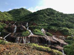 さて!荷物を部屋に置いたら超速で、観光に向かいます。西門駅に15:30集合、事前に(kyoちゃんが)申し込んでいた九份ツアーに出発です。この素晴らしい滝は途中で立ち寄ってくれた黄金瀑布です。