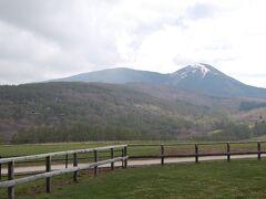 途中蓼科山を望む牧場で小休止。 この辺りまで来ると結構寒いです。