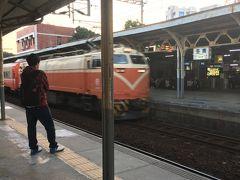 台南駅に到着。 この駅、日本の昔の国鉄駅みたいな雰囲気で、懐かしい感じがします。それもそのはず、日本統治時代に作られたものがそのまま残っているそうです。