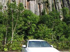 賢い「わ」ナンバーのおベンツ君と天人峡の柱状節理との記念撮影。