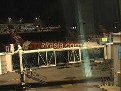 5月7日GW明け22時発のairasiaでマレーシアに出発! GW明けということで関空かなり人が少なかった。 基本平日に旅行に行くからもともと少ないんだろうけど、今回は本当に人が少なくてびっくりしちゃった。  初のairasia窓側の3列シートだったんだけど、1人だけだったから約7時間のフライトで3シート使って横になって寝ました。他の席も1人だったり2人だったりで。こんなにも余裕があるのは初めてでした。  時々赤ちゃんの鳴き声が気になって目が覚める事があったけど、横になって寝れてるからすぐまた眠る事が出来ました!