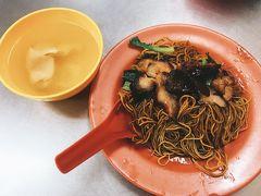 パドゥ洞窟から「クアラルンプール駅」に戻ってきました。  マレーシア一食目はガイドブックにも載っている「冠記」へ。 ドライワンタンミー(焼きそば?)とワンタンスープ。 ソースが濃いめで塩分がちょっと多いかな。暑さで汗かいたし塩分補給にはこれくらいがいいのかな。麺はちょっと固めだけど機内でベジタブルカレー食べただけだからお腹空いてたのでもちろん完食!  かなり混雑してたからサクッと済ませて「オールドタウンへ」