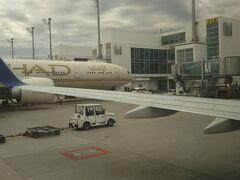 エディハド航空の横にランプイン。無事到着です。