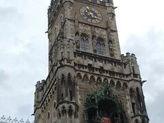 生憎の小雨模様ですが、暑くはないので大助かり。時計塔の下には仕掛けがあります。
