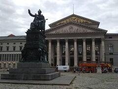 マックス・ヨーゼフ広場に出てきました。その後ろはバイエルン国立歌劇場。ここから徒歩でホフブロイハウスに行って早目の夕食にしましょう。