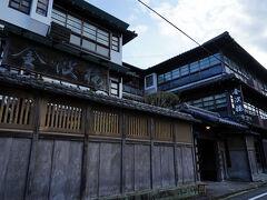 竹輪を二種類買った後、今宵の宿である金波楼に向かう。 目の前に現れたその宿は、思ったよりも立派で格式が高そうな佇まいをしていた。
