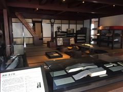 隣の旧金子家住宅へ  江戸時代後期の建物で、呉服・太物卸商