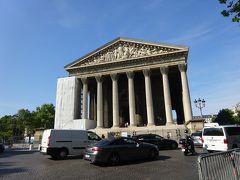 マドレーヌ寺院、パリは5度目ですが入るのは初めてです。 こんな大きな歴史的建造物が街中にこれでもか~というくらい溢れている、これがパリの魅力でもあるのです。  外見はギリシャ神殿のようですが、現役のカトリック教会です。