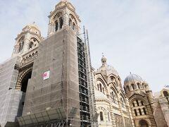 降りてくるとマルセイユ大聖堂 修復している