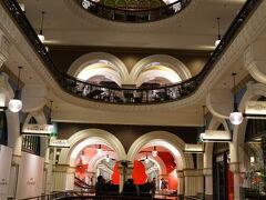 シドニー屈指のショッピングアーケード、Queen Victoria Buildingへ。 ただ時間が遅かった為に、ほとんどの店が閉店していました。