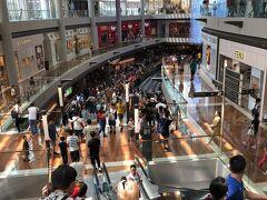 マリーナベイサンズの隣のショッピングモール。ハイブランドのお店がたくさんあります。ナショナルデーだからなのか、普段からなのか、人は多かったです。