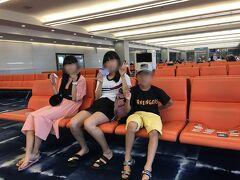 1日目 関空  10:55発 シンガポール航空。 関空に早く着いたので子供達はトランプをしながらフライトまで時間を潰します。 毎回飛行機に乗り込む前のこの時間が一番ワクワクします。