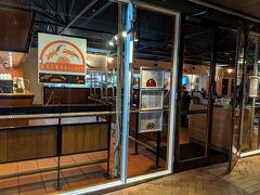 歩いて10分ほどのスーパーに寄り、Gecko's Cafeで夕食にピザとビールを頂きました。