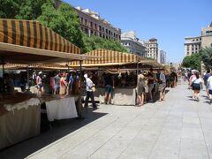広場では蚤の市のようなものが行われています。