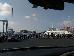 宇野港からフェリーに乗りました。国内外のお客さんでいっぱい。