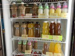 MRT左営駅の構内のお店、哺乳瓶に入ったジュースを売っていて笑えます。  他にも楽しいいろんな形の容器に入ったジュース。