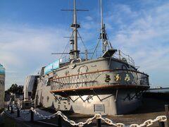 もう少し時間があるので、三笠公園へ行きましょう。 記念艦三笠。 日露戦争で活躍し、その後はここで保存されている。
