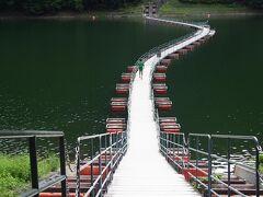 浮橋なのでゆらゆら揺れますが、湖面を身近に感じられ楽しい!