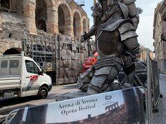 アレーナ(円形競技場)の外は8月のオペラ公演に向けて準備中!