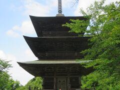 鳥居を進んだ左手にある木製の三重塔。  1625年に建てられたそうですが1790年に烈風により倒れ1793年から再建に着手し1797年に完成したそうです。鈍いのでこの時点では神社と三重塔の組み合わせに違和感はありませんでした。