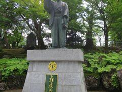 上杉鷹山公の像。