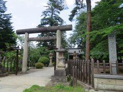 隣の松が岬公園内にある松岬神社。  上杉神社から上杉鷹山公を分祀し社殿を建立したそうです。