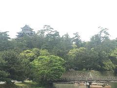 足立美術館を出て、ご飯を食べに市内へ。 松江城が小さく見えます。 お堀ごしの松江城きれい