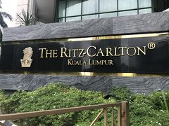 夕食を食べにパビリオンに向かう前にホテルクルーズ。  Ritzです。やっぱり分かりにくい所にありました。泊まりたかったけど、次の機会に。 ライオンマーク日本のとちょっと違うよね。タテガミの模様とか。 他の国のやつじっくり見たことなかったから発見!