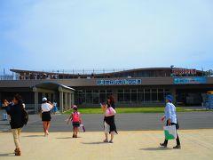 隠岐世界ジオパーク空港に到着! ハワイの離島に来た時を思い出させる、こじんまりとした空港の建物です。